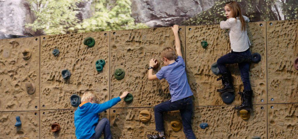 Auspowern können sich die Kinder an der Kletterwand.