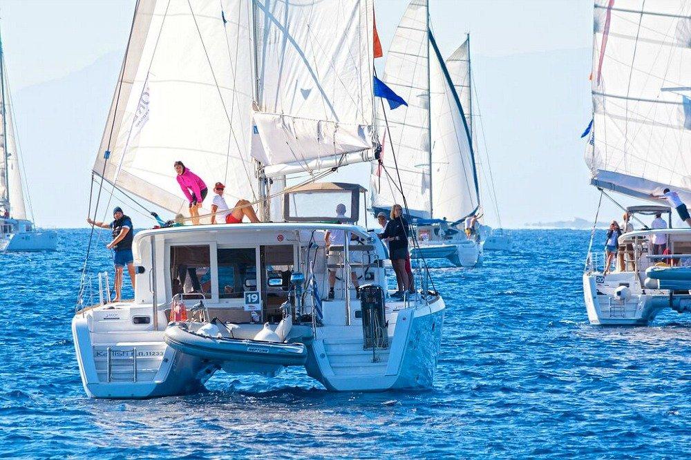 In der Flottille mit Gleichgesinnten die griechischen Inseln kennenlernen und den Spaß am Segeln teilen.