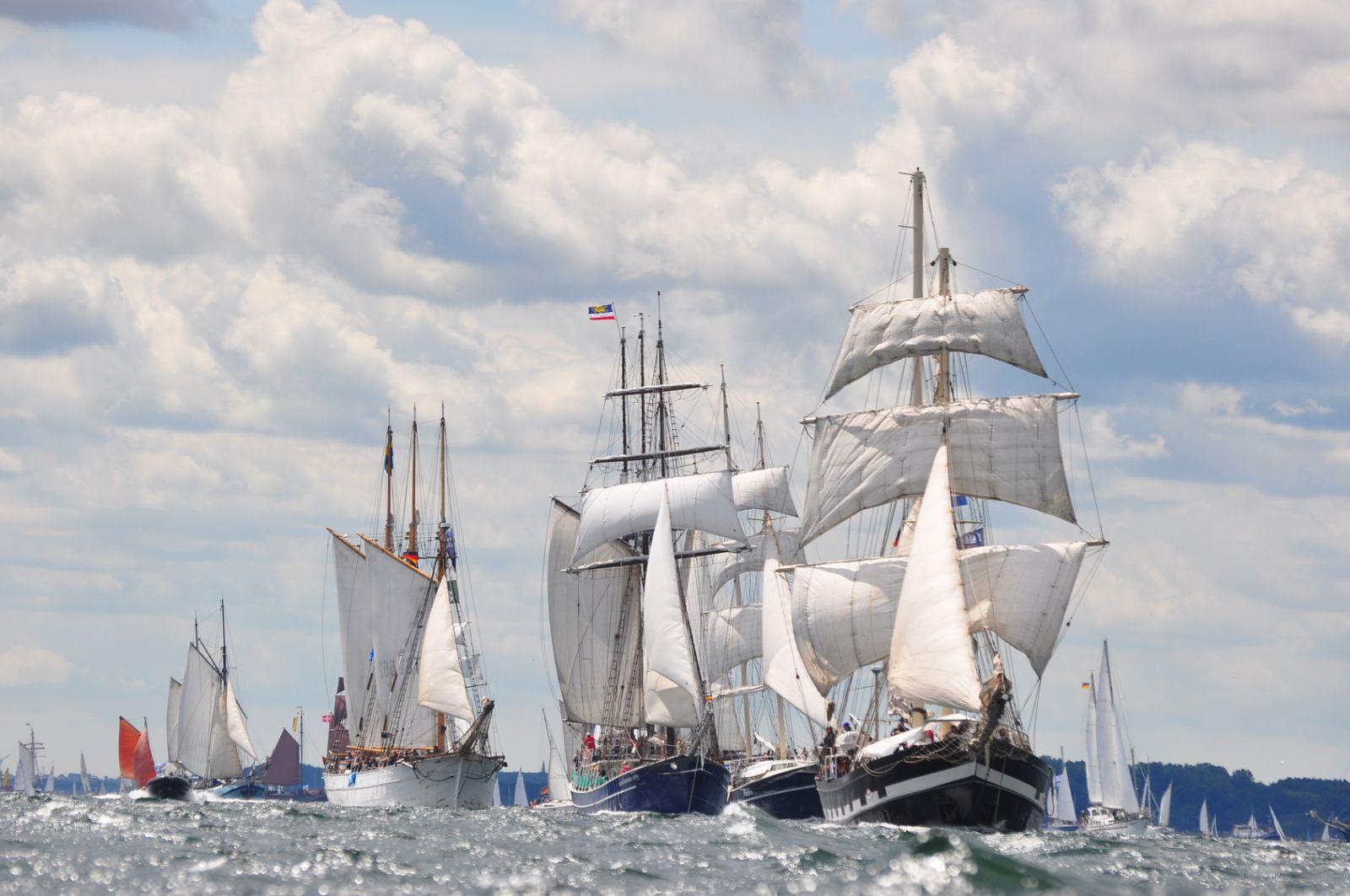 Hafenfeste bieten auch Gelegenheit, sich historische Schiffe ganz nah anzuschauen, an Bord zu gehen und sogar auf ihnen zu fahren. ©fujipe/AdobeStock