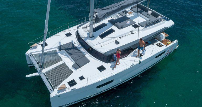 Der Elba 45 nutzt den Platz an Deck für allerlei Komfort.
