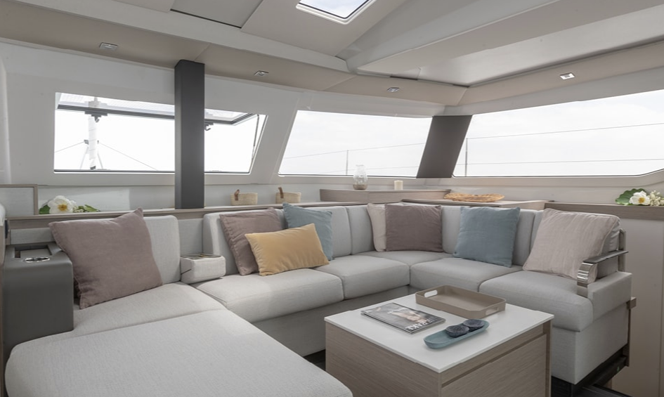 Loungebereiche ohne Ende, ob im Salon, im Außenbereich, auf der Flybridge oder im Frontcockpit.