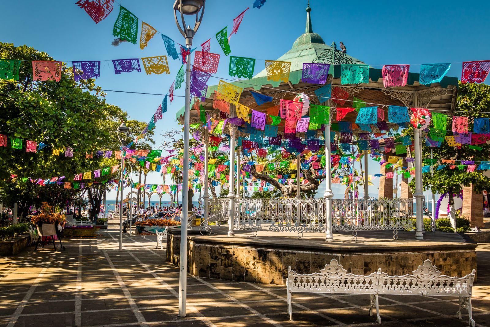 Im viertgrößten Badeort des Landes, Puerto Vallarta, kann man das bunte Mexiko in tropischer Landschaft erleben. ©diegograndi/AdobeStock