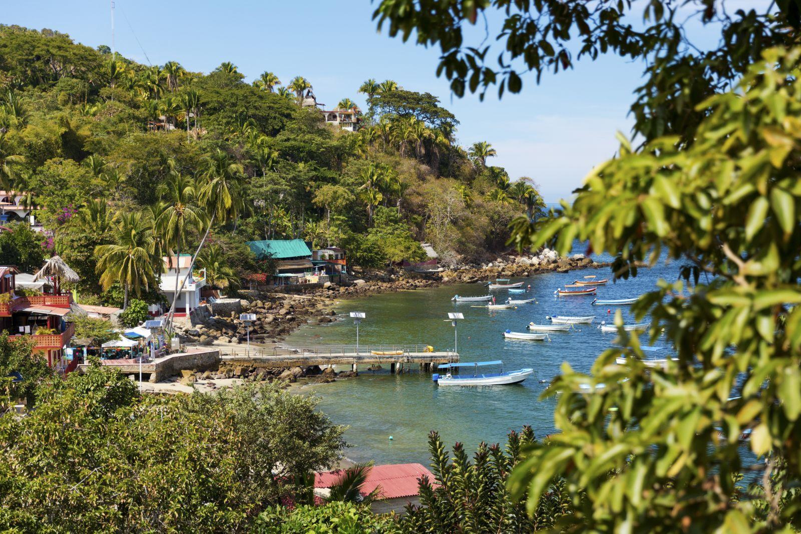 Im Gegensatz zum kargen Norden sind die Buchten hier auch reich bewachsen. ©Zstock/AdobeStock