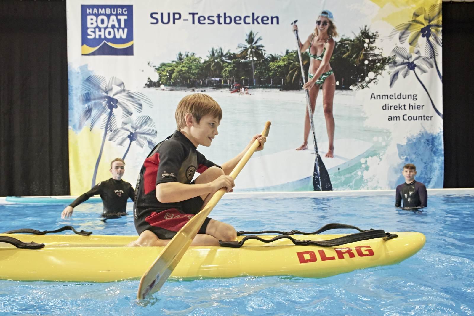 Nicht nur Klein, auch Groß kann Wassersportausrüstung auf der Messe ausprobieren.