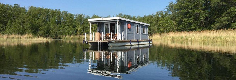 Mit einem Bungalowboot können Sie Ihren Urlaub an einem Ort verbringen oder sich jeden Tag einen anderen Platz suchen.