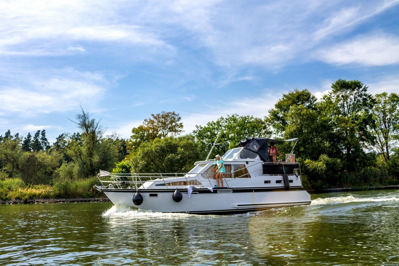 Motorboote gibt es in verschiedenen Größen von 4 bis 12 Personen. ©Sina-Ettmer/AdobeStock