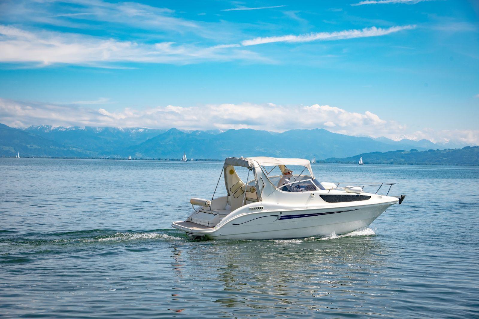 In kleinen Kajütbooten finden Einzelpersonen oder ein Paar Platz. Der Aufenthaltsraum wird abends zur Kajüte. ©Countrypixel/AdobeStock