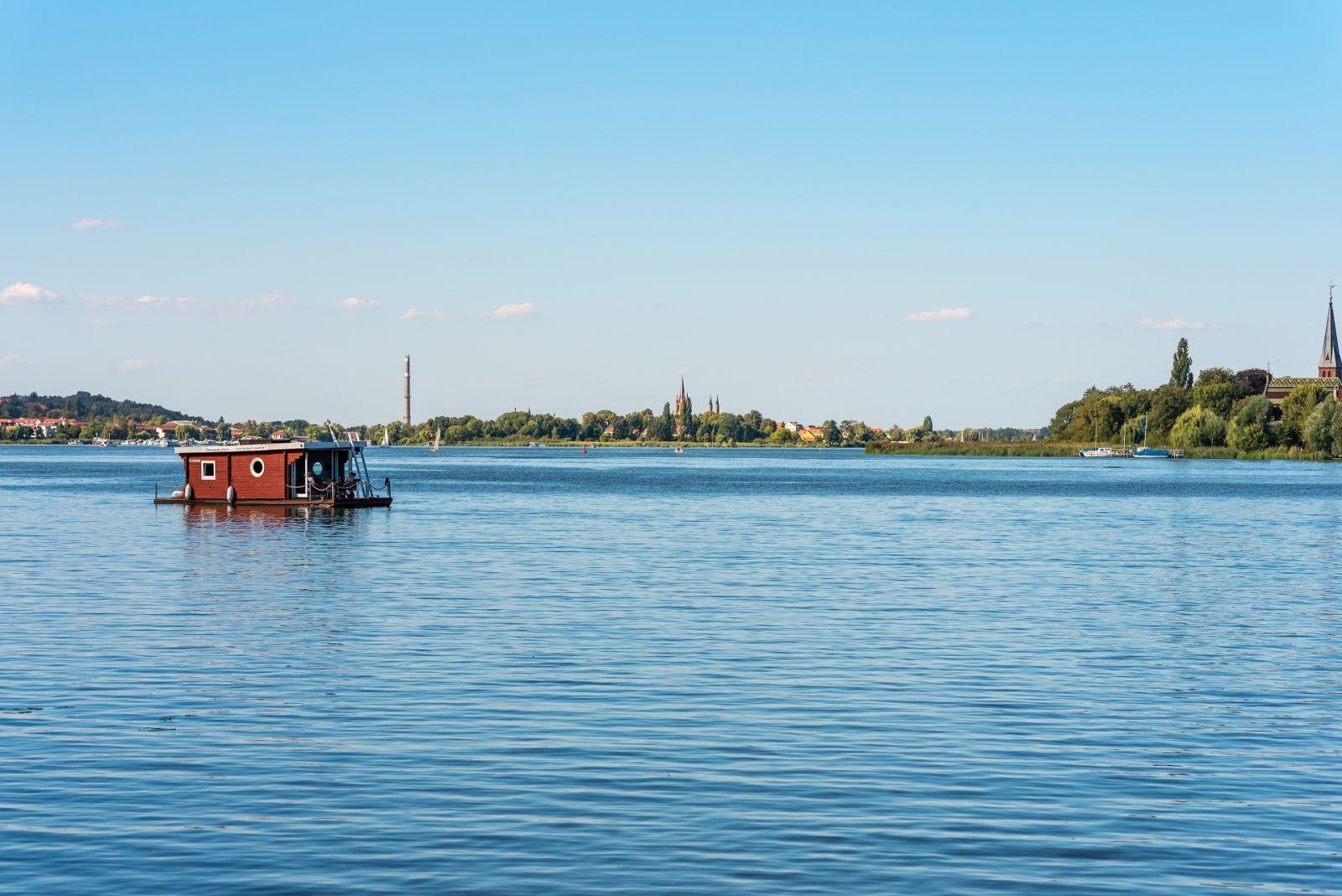 Bungalowboote sind schwimmende Ferienwohnungen mit ähnlicher Ausstattung. ©ksl/AdobeStock