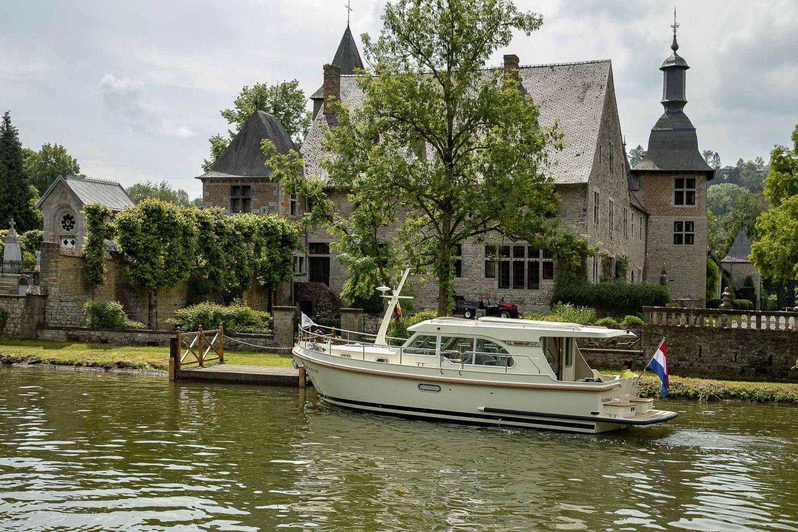 Linssen-Hausboote haben eine klassische Motoryachtform.
