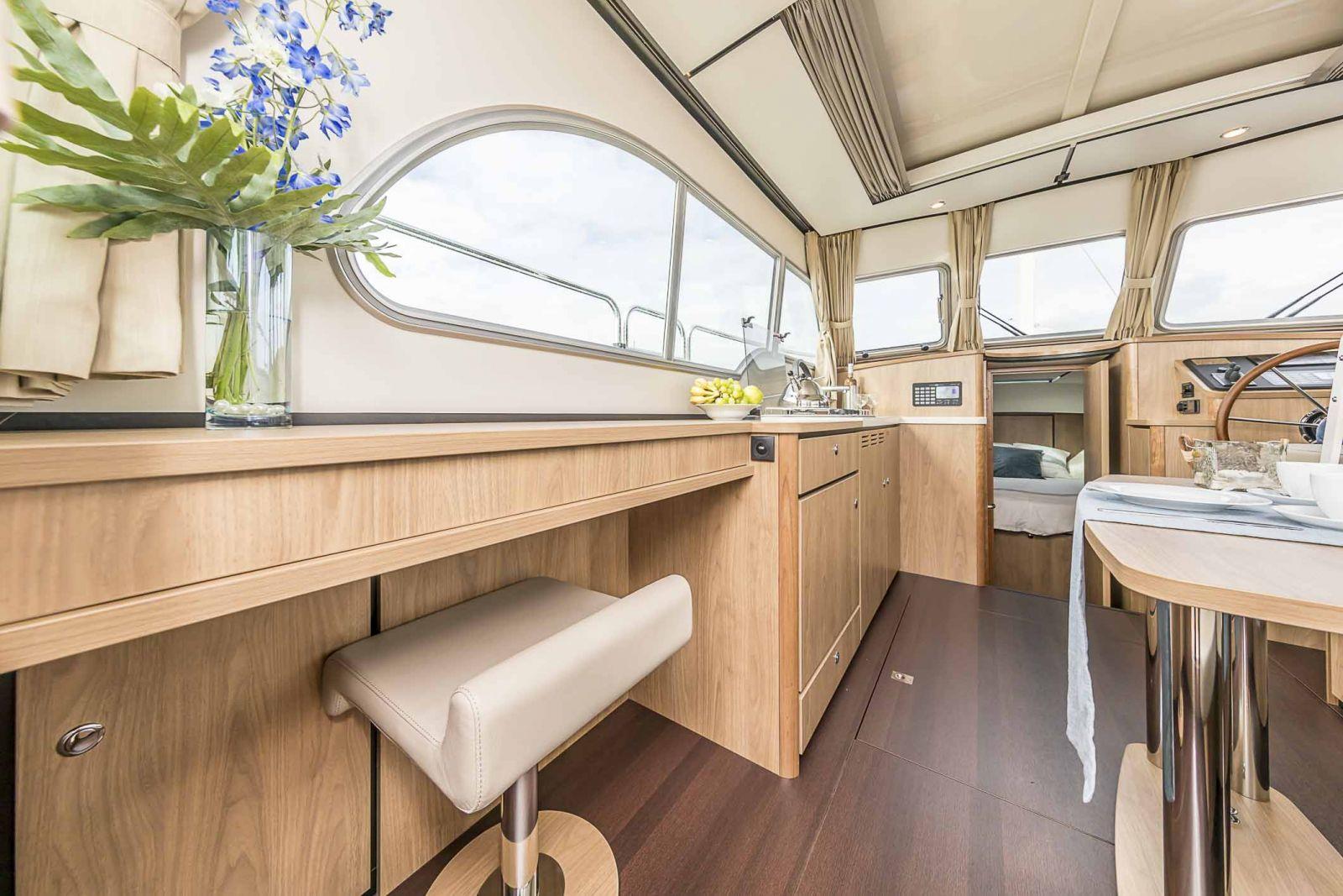 Innen sind die Hausboote modern und elegant gestaltet.