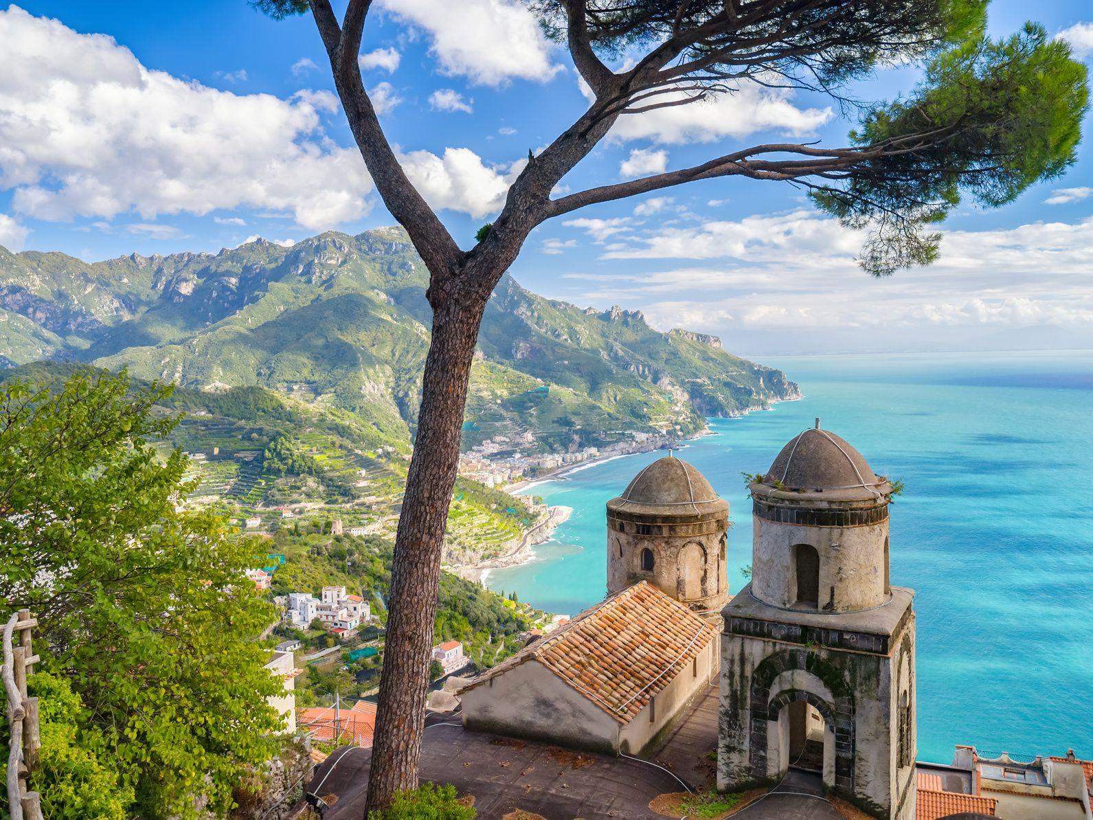 Enge Gassen, kleine Häuser und schöne Kirchen - die Orte an der Amalfiküste laden zum Anlegen ein, wie hier Ravello. ©refreshPIX/AdobeStock