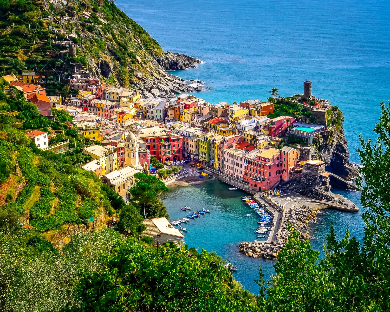An der steilen Küste Cinque Terres liegen bunte Dörfer direkt am Wasser. Vom Boot aus ein toller Anblick. ©Martin M303/AdobeStock