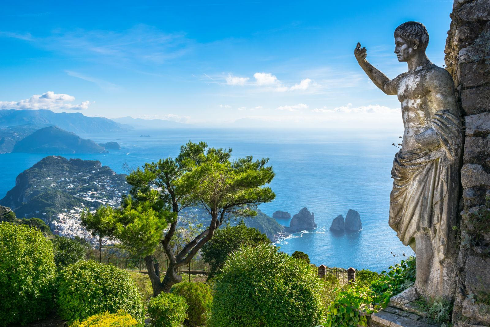 Viel besungen und in der Bildkunst verewigt, die Insel Capri mit seinen typischen Nadelfelsen. ©Nido Huebl/AdobeStock