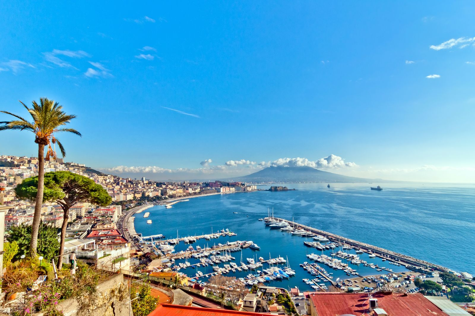 In Neapel taucht man in die reiche Geschichte der Gegend ein, zum Beispiel nach Pompeji oder in das unterirdische Neapel.  ©eddygaleotti/AdobeStock