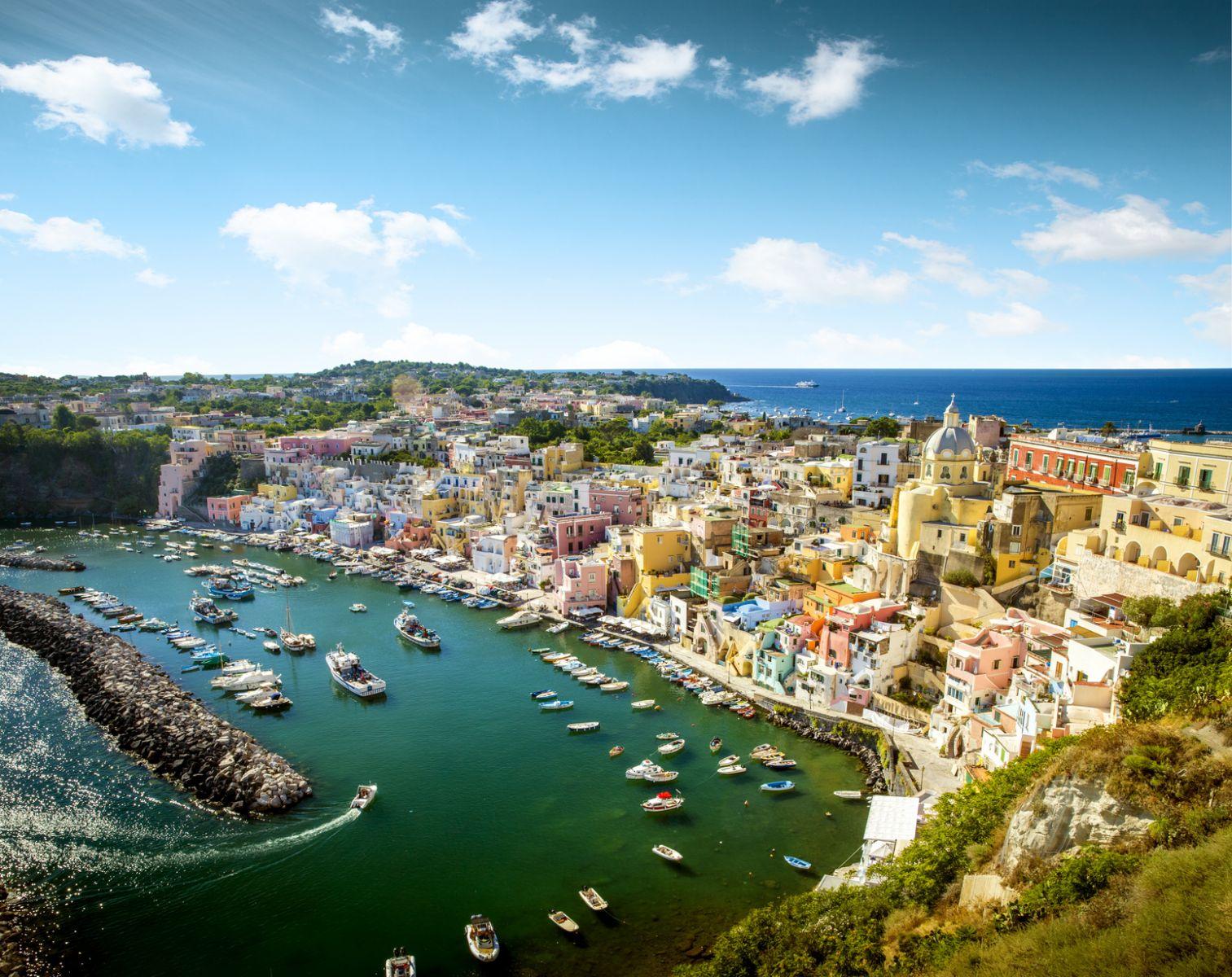 Vom Golf von Neapel aus gut erreichbar: die Pontinischen Inseln, hier Procida. ©mikolajn/AdobeStock