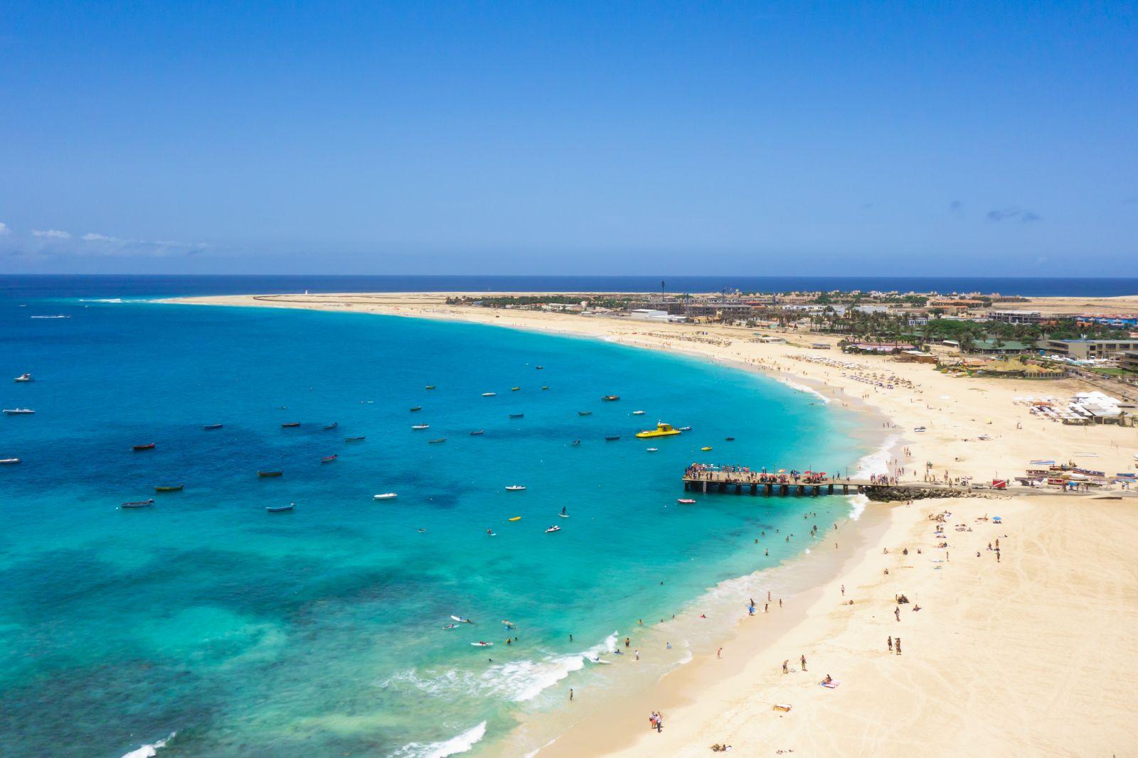 Der Tourismus hat die Insel Sal für sich entdeckt. Beliebtes Ziel ist Santa Maria mit seinen schönen Sandstränden. Samuel B./AdobeStock