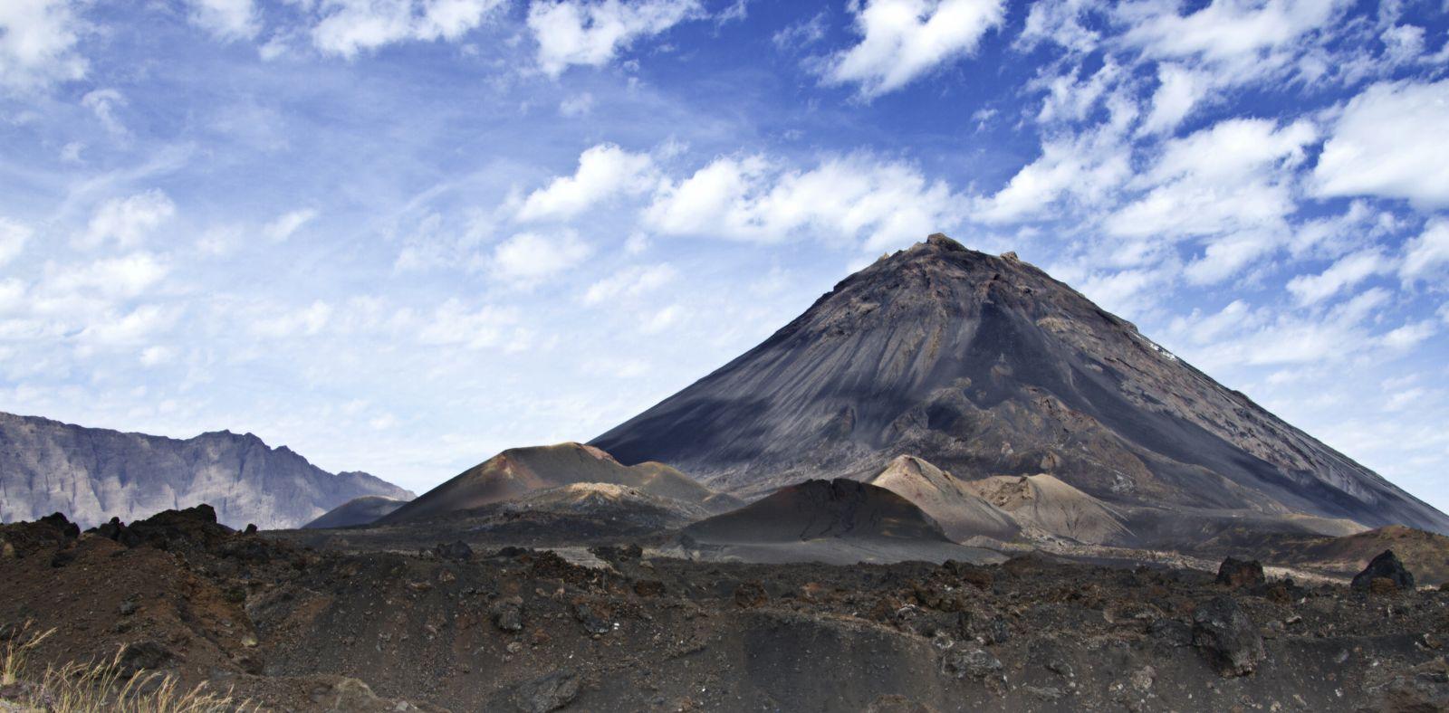 Die Vulkaninsel Fogo ist noch eine Mondlandschaft, denn der Pico de Fogo ist immernoch aktiv. ©Lena Balk/AdobeStock