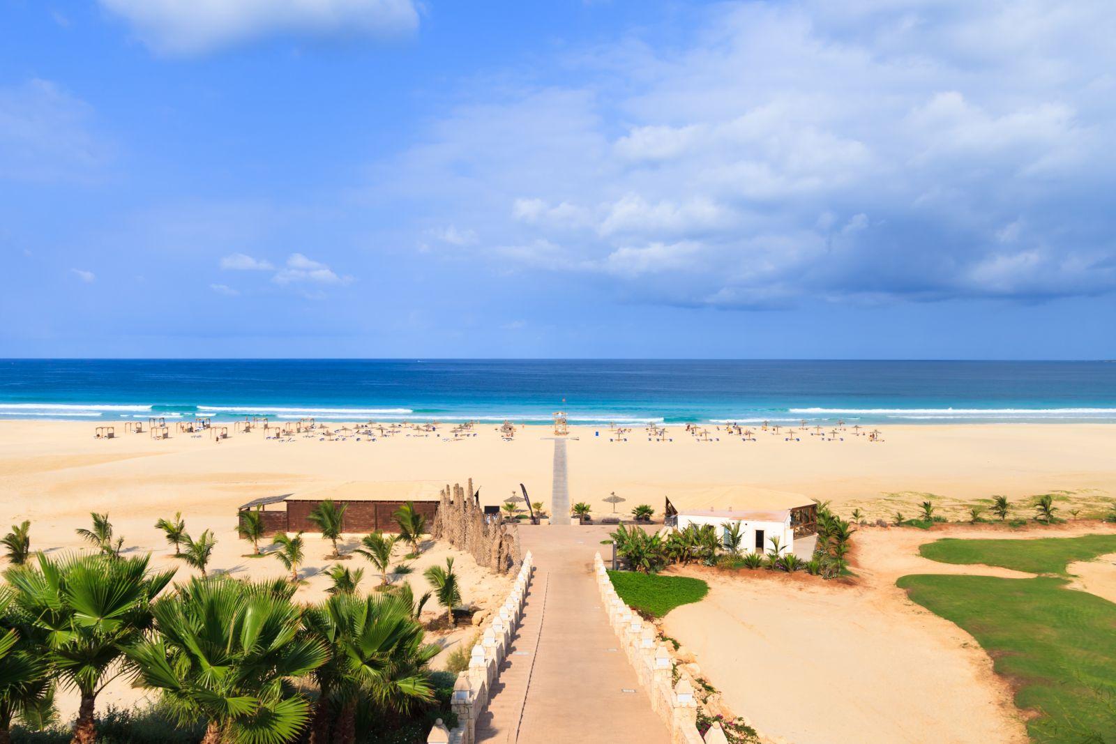Auch auf Boa Vista sind die langen, breiten Sandstrände ideal zum ungestörten Sonnen und Baden. ©Black-photography/AdobeStock