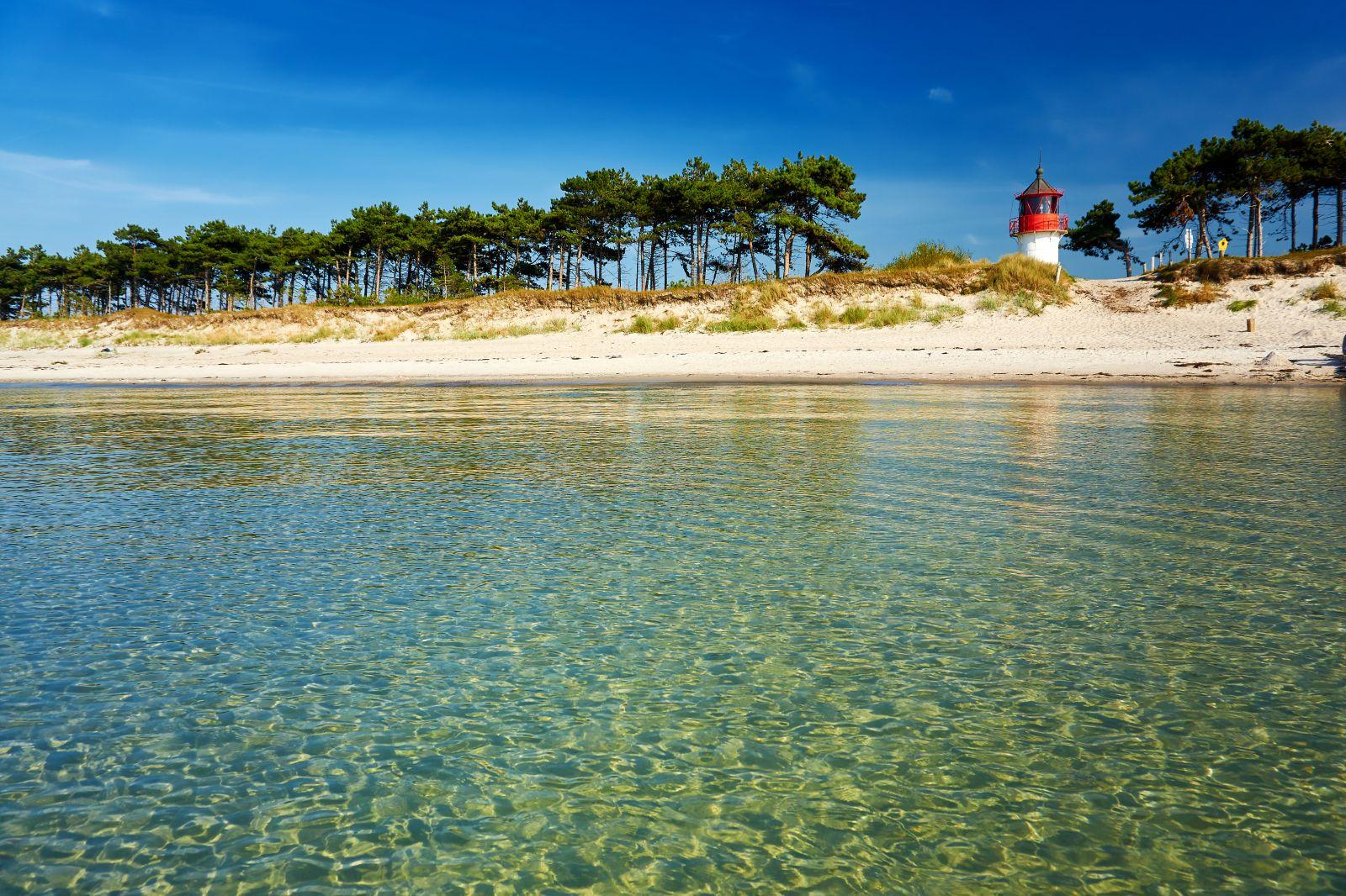 Vor allem auf der Westseite der Insel Hiddensee gbit es schöne lange Strände zum Entspannen, Baden und Spazierengehen. Von Vitt aus, kann man die Insel auch flott zu Fuß durchqueren. ©fotowunsch/AdobeStock