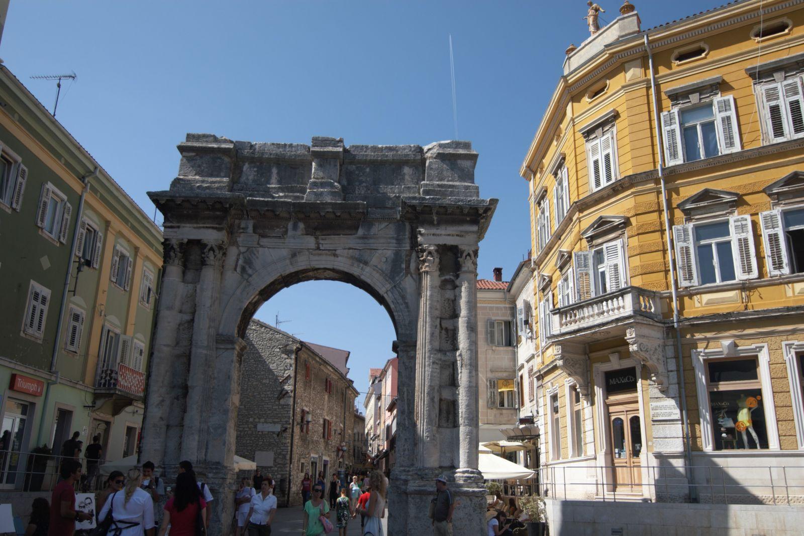 ... oder der Sergierbogen, das Goldene Tor, in der Fußgängerzone. ©Sandra Troskot