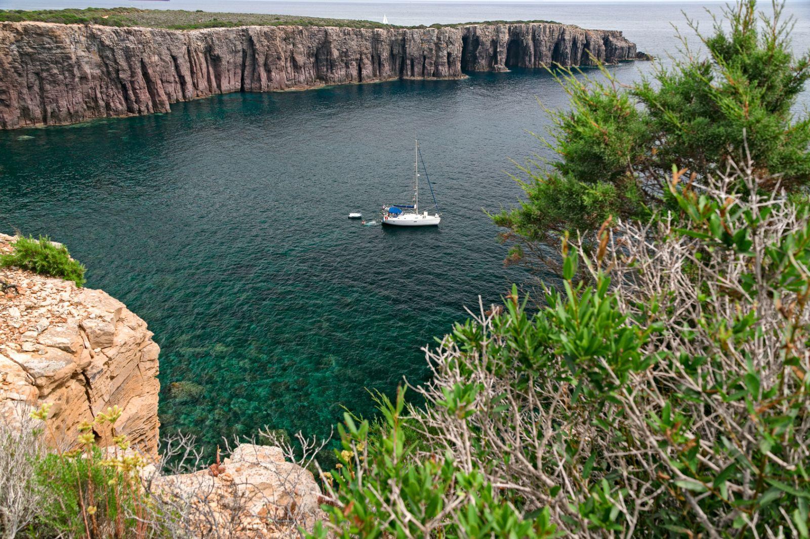 Im Westen dominieren abwechslungsreich geformte Klippen die Küsten. ©serghi8/Fotolia