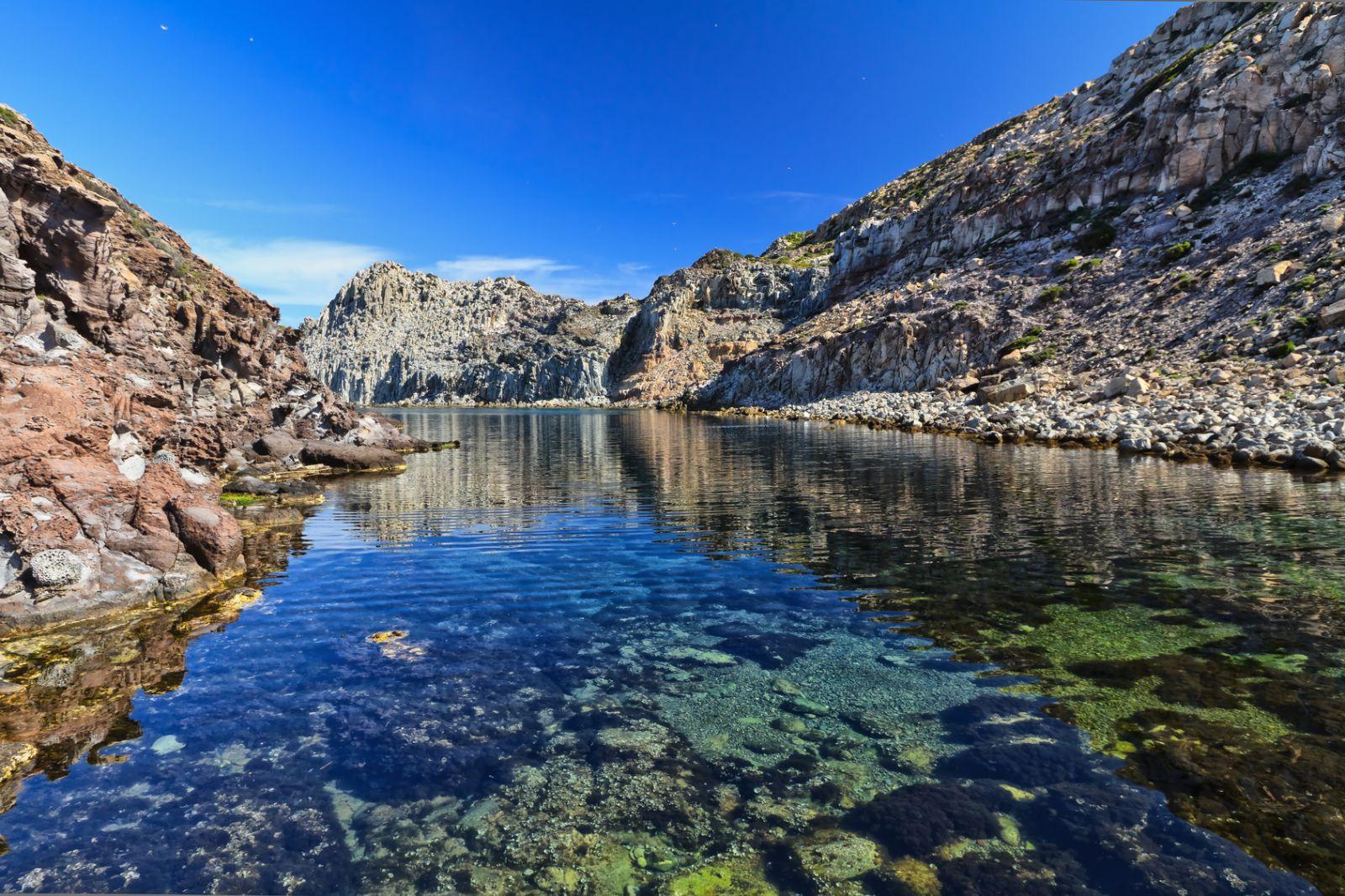 Hier gibt es auch fjordartige Windungen und Grotten. ©Antonio Scarpi/Fotolia