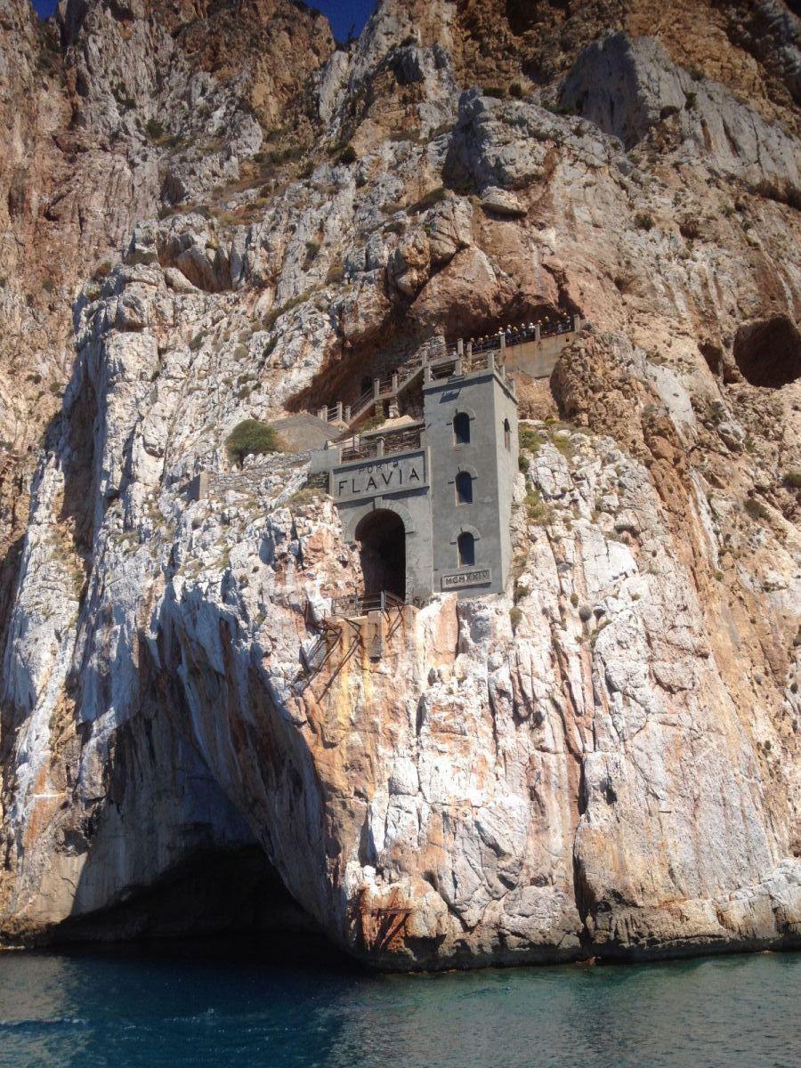 Nicht weit der Insel San Pietro entfernt ragt der Porto Flavia, ein ehemaliger Zechenhafen, im Süden Sardiniens aus dem Felsen. ©1aYachtcharter GmbH