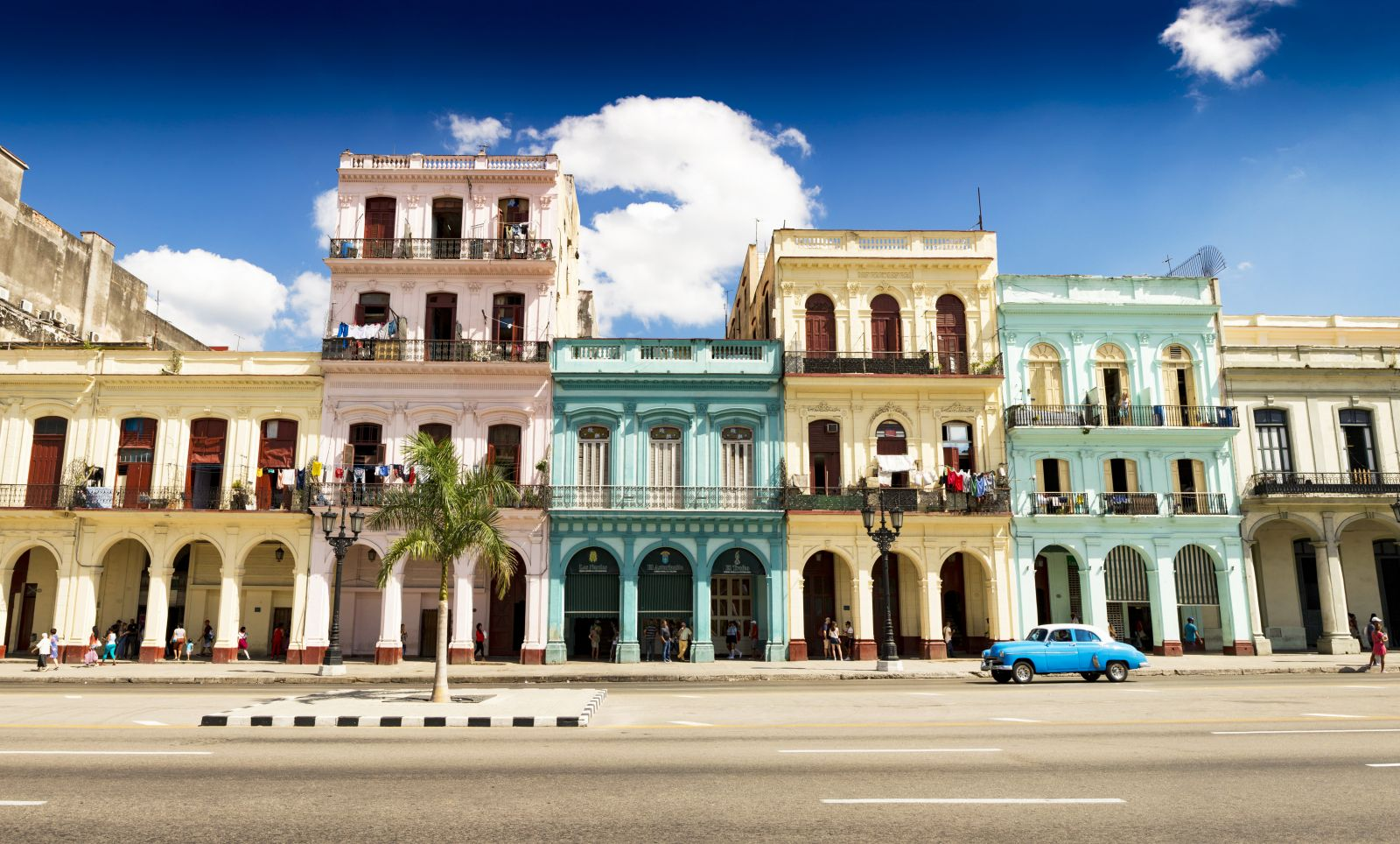 Auf der Insel sind noch viele der ehemaligen Kolonialbauten erhalten. Zusammen mit den Oldtimern fühlt man sich in eine andere Zeit versetzt. ©Haico/AdobeStock