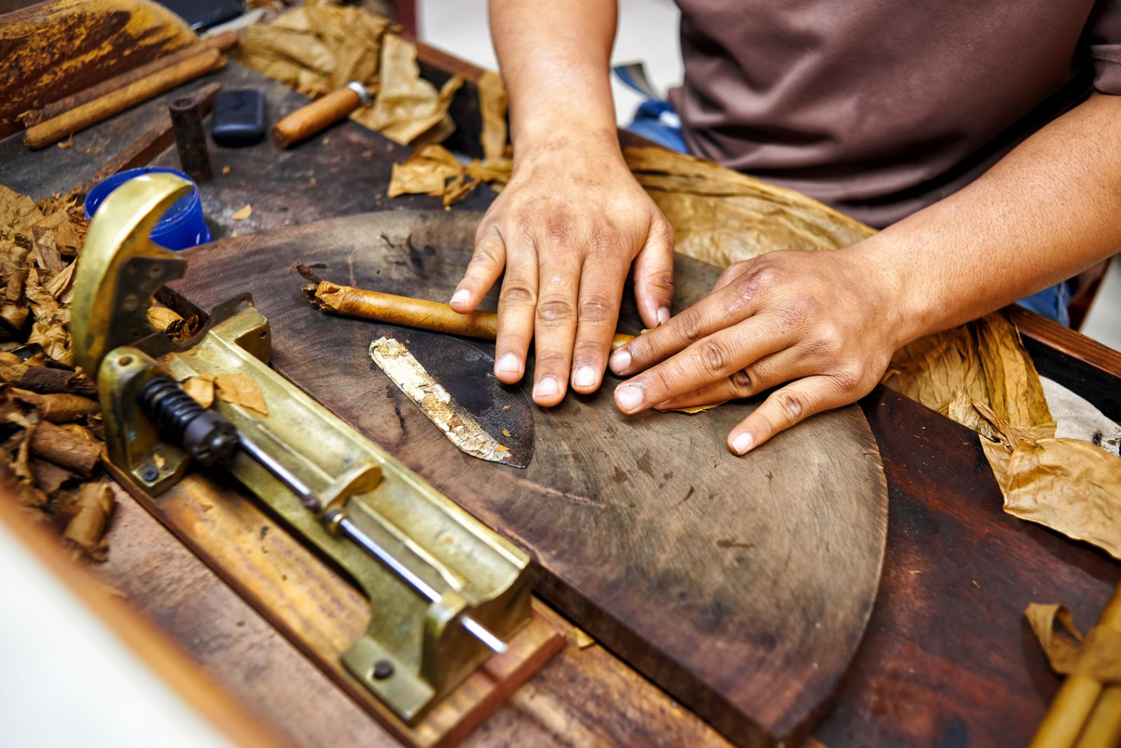 Wer sich für die beiden bekanntesten Produkte Kubas interessiert, kann auch eine Führung durch eine Zigarrenfabrik oder eine Rum-Destillerie mitmachen. ©alecosa/AdobeStock