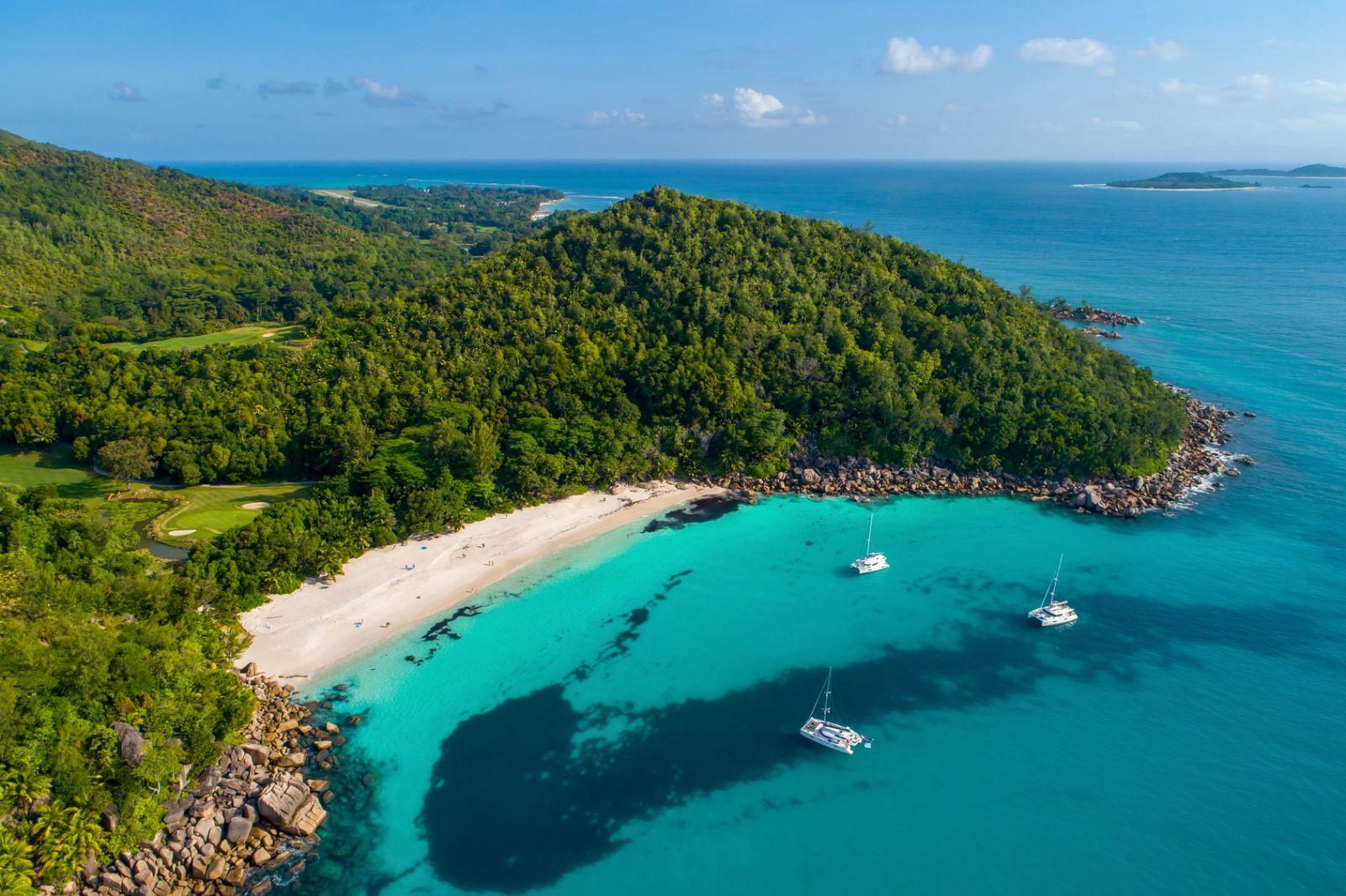 Grüner Küsten- und Mangrovenwald, weißer Sandstrand, türkisblaues Meer – nur einige der vielen Farben der Seychellen. ©gawriloff/Fotolia