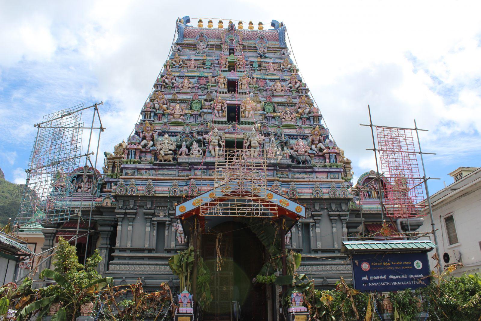 Der Arul Mihu Navasakthi Tempel ist der einzige Hindu Tempel auf den Seychellen. Etwa 3% der Bevölkerung sind Hindus, die Mehrheit ist katholisch. ©1aYachtcharter GmbH
