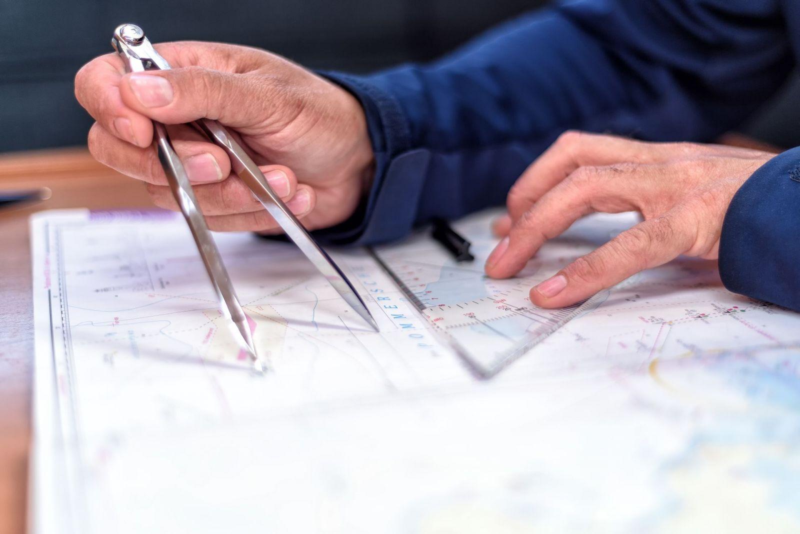 Zu den Themen beim Training gehört auch der Umgang mit Seekarten bei der Navigation und der Fahrtenplanung. ©cameris/AdobeStock