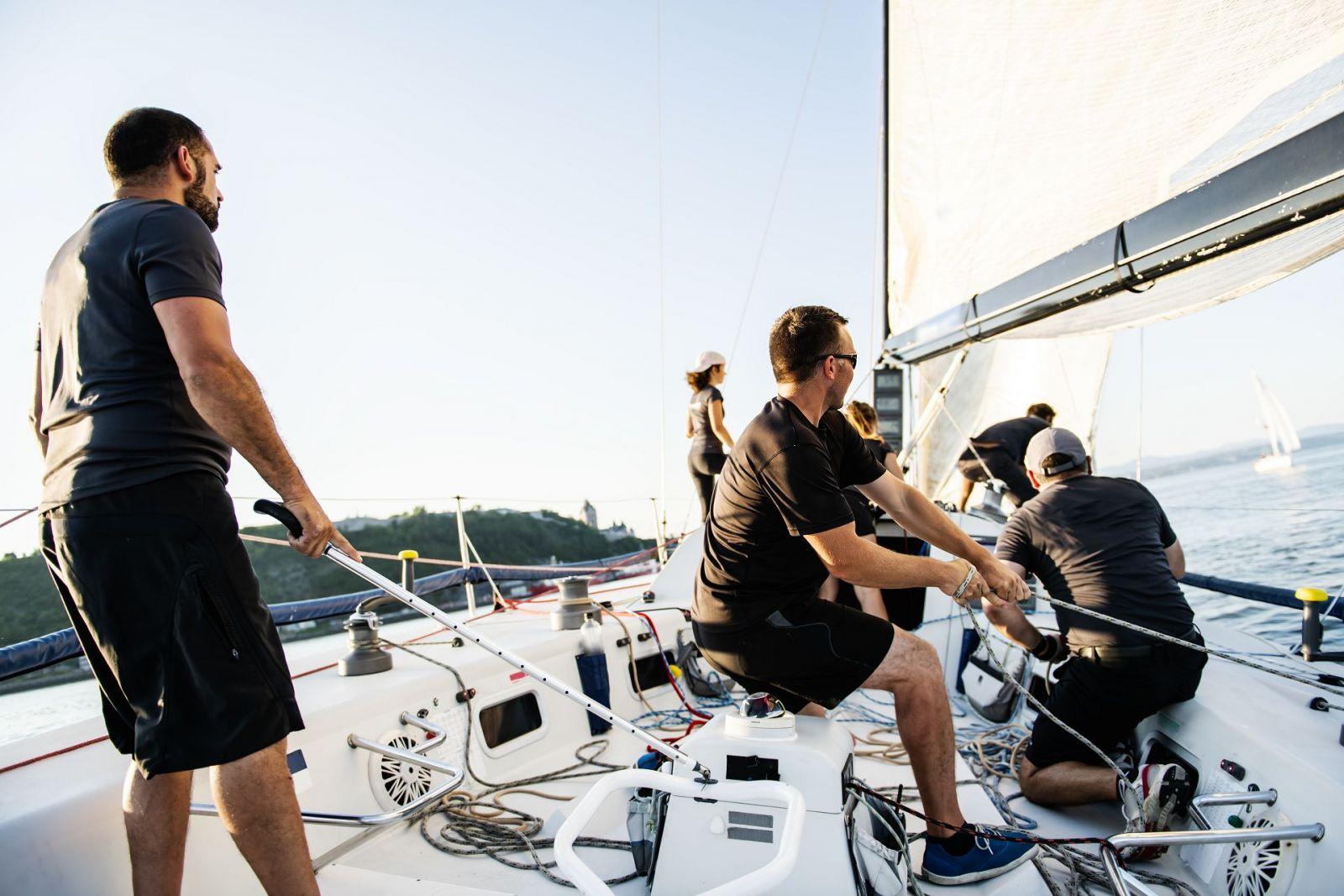 Der Skipper verteilt die Aufgaben an die Crew und leitet sie in Manövern an. ©pololia/AdobeStock