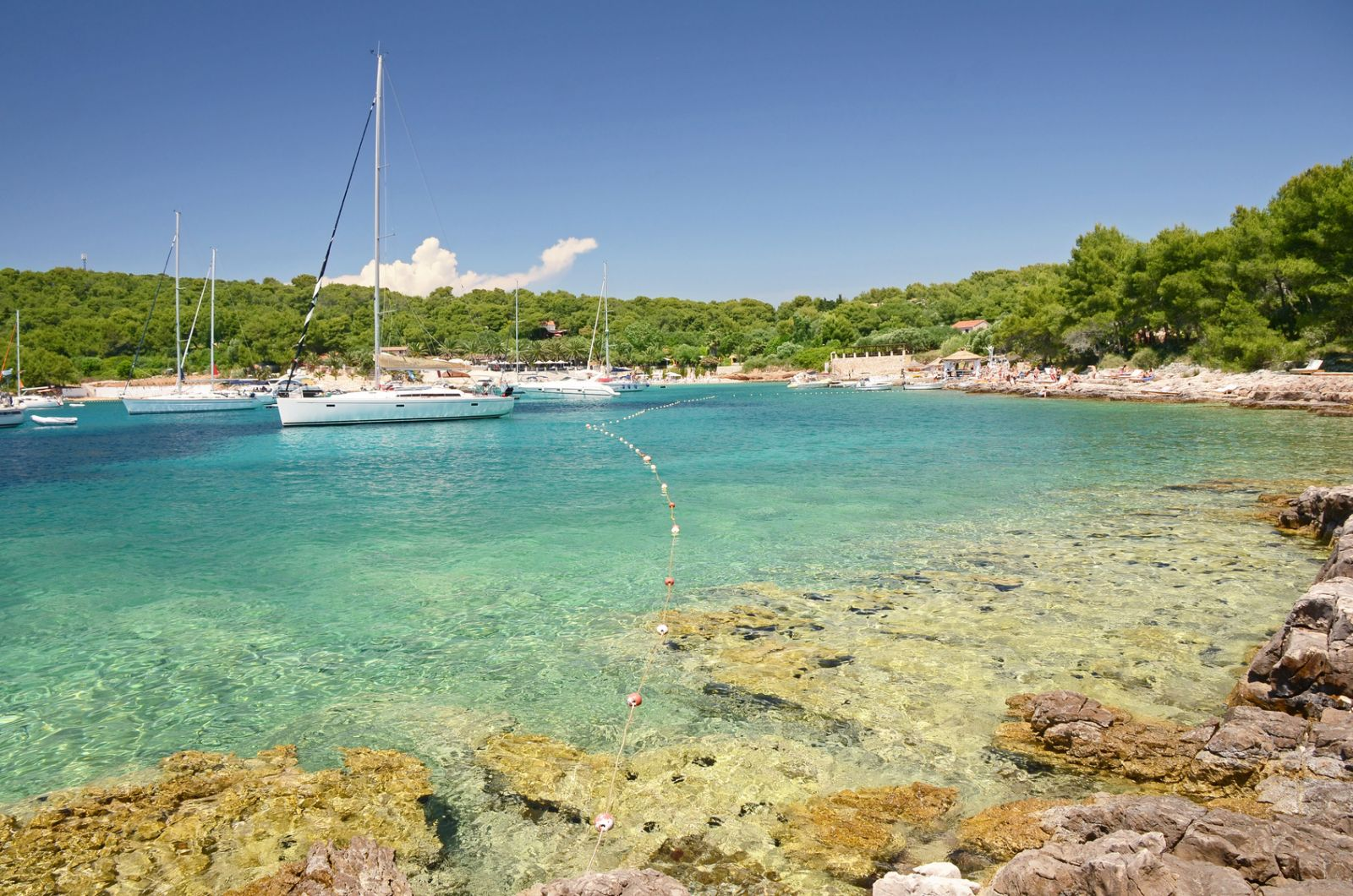 Für einen Charterurlaub auf dem Meer ist häufig der SBF See sowie ein Funkschein (SRC/LRC) ausreichend. ©Jiri Foltyn/AdobeStock