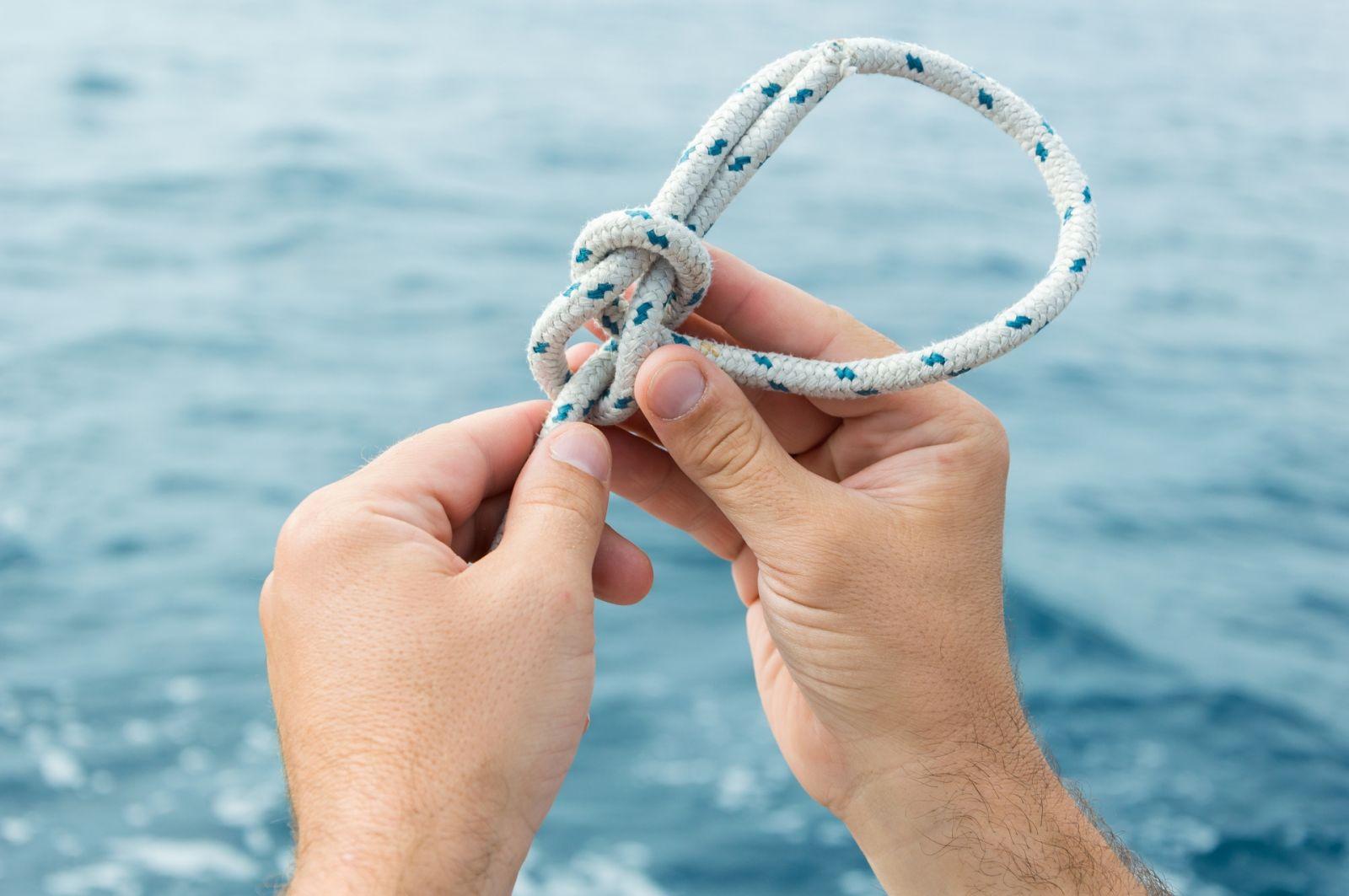 Seemannsknoten gehören zur praktischen Prüfung wie der König der Knoten, der Palstek. ©Carol Anne/AdobeStock