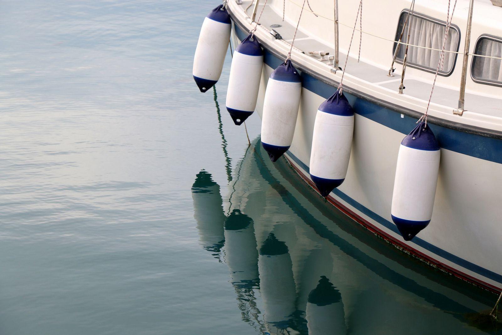 Fender schützen das Hausboot vor Stößen und sorgen für Abstand.  ©jelena990/AdobeStock