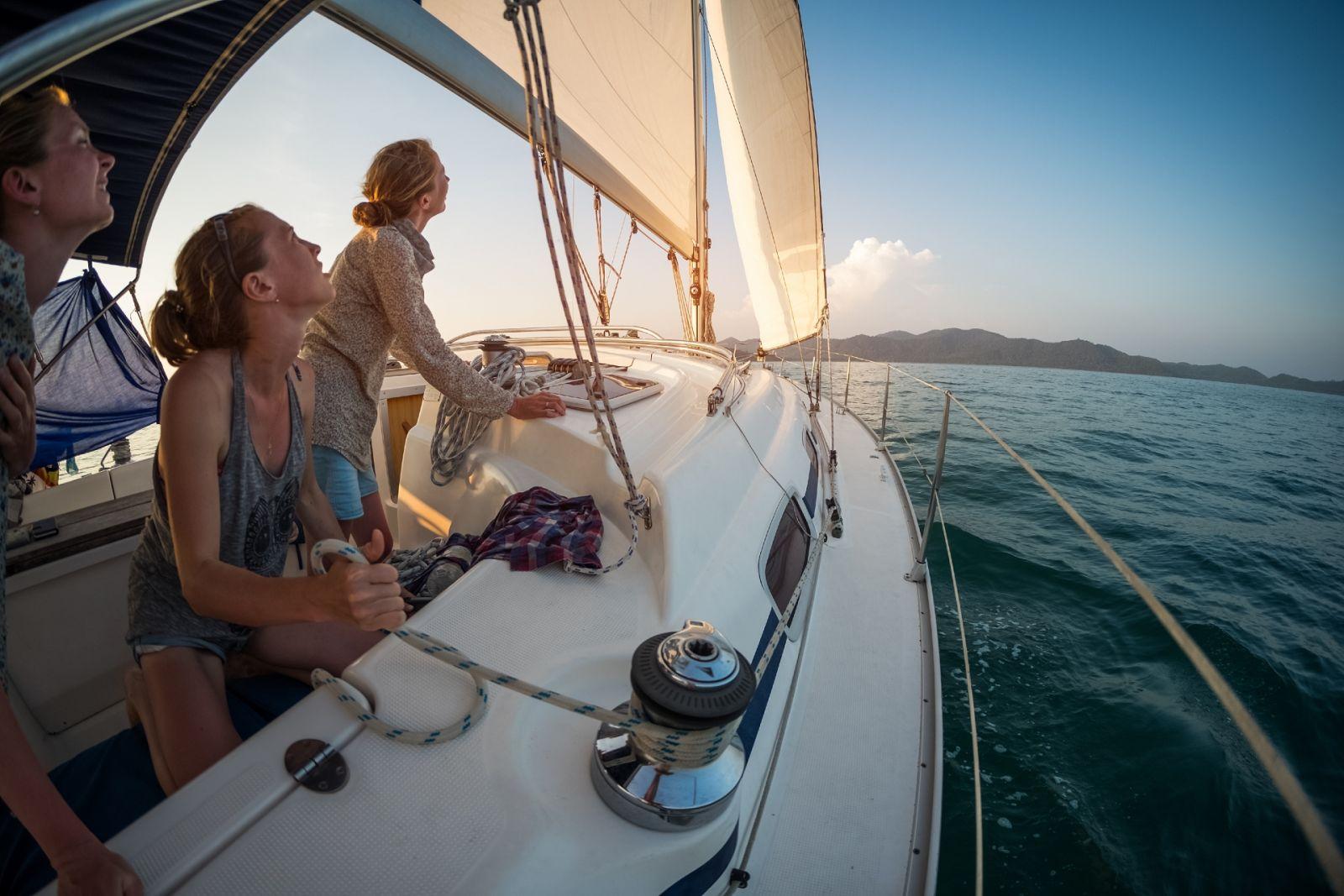 Mit einem Skipper können Sie erste Segelerfahrungen sammeln oder auch ein Team-Building unter Kollegen arrangieren. ©Dudarev-Mikhail/AdobeStock