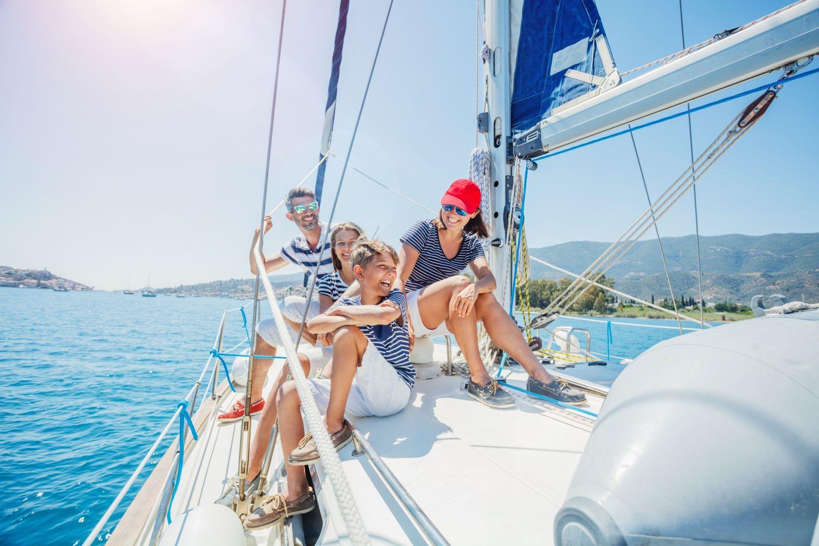 Mit der Familie das Segelerlebnis genießen. Der Skipper bringt Sie zu Ihren Lieblingszielen. ©Max_Topchii/AdobeStock