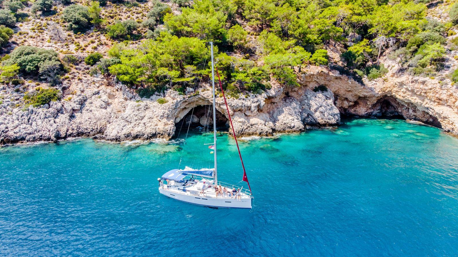 Der ortskundige Skipper kennt die versteckten Ecken: ob kulinarisch, sehenswert oder zum Baden und Schnorcheln. ©Anna/AdobeStock