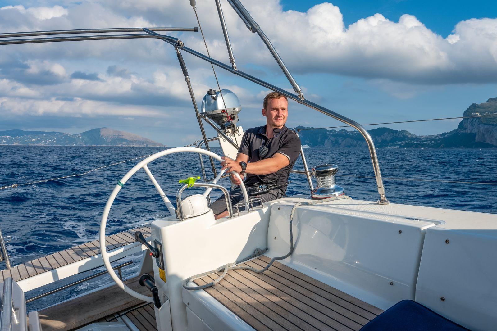 Der Skipper als Ihr Kapitän übernimmt die Steuerung und Navigation und sorgt für Sicherheit auf Ihrem Segeltörn. ©AlexanderNikiforov/AdobeStock