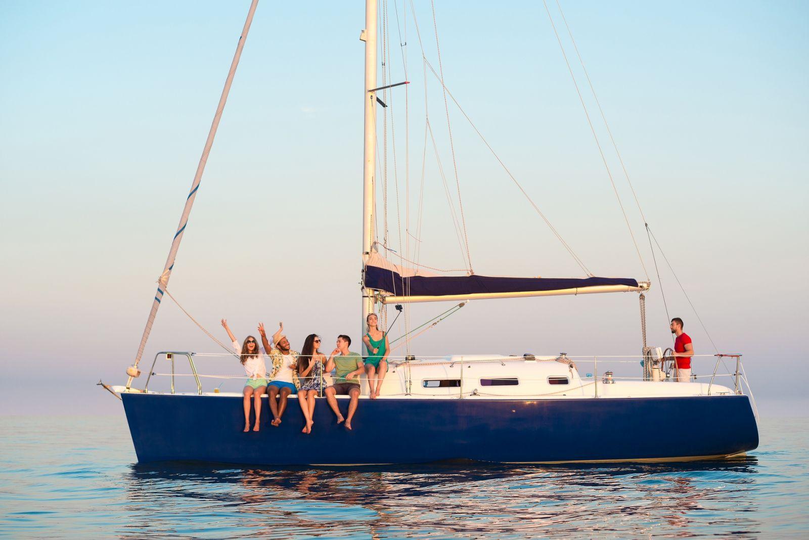 Mit Freunden etwas Besonderes teilen, auch ohne Segelschein. ©DenisProduction.com/AdobeStock
